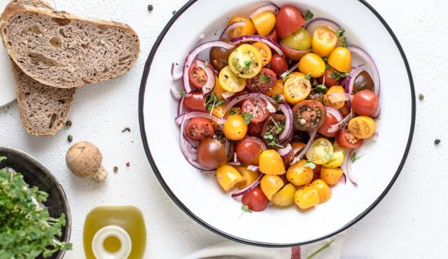 sałatka z pomidorów i czerwonej cebuli