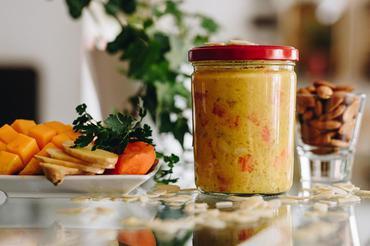 Produkt wegańskie curry z mango, nerkowcami i migdałami - zdrowa żywność blisko Ciebie