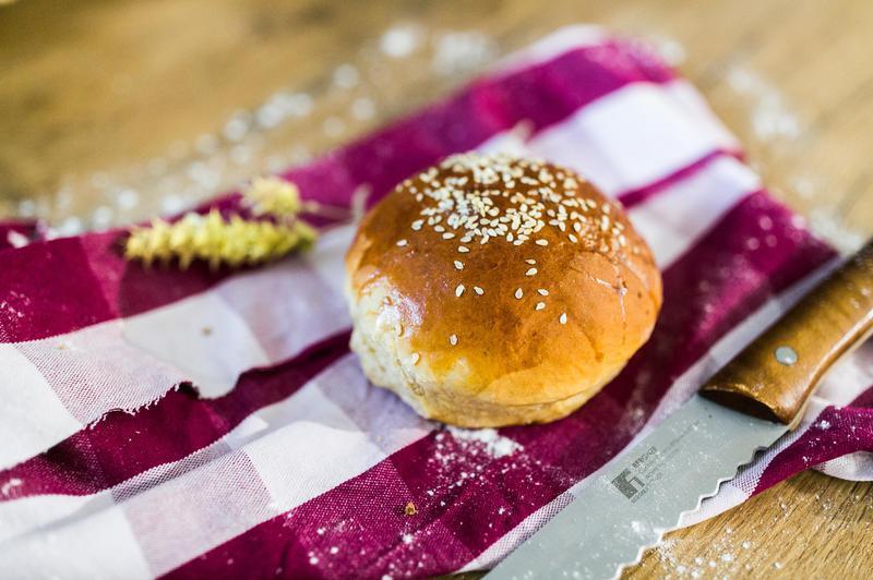 Produkt Bio bułka burgerówka z sezamem 2 szt. (EKO) - zdrowa żywność blisko Ciebie