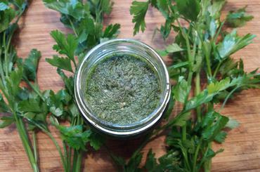 Produkt pesto ze świeżej natki pietruszki - zdrowa żywność blisko Ciebie