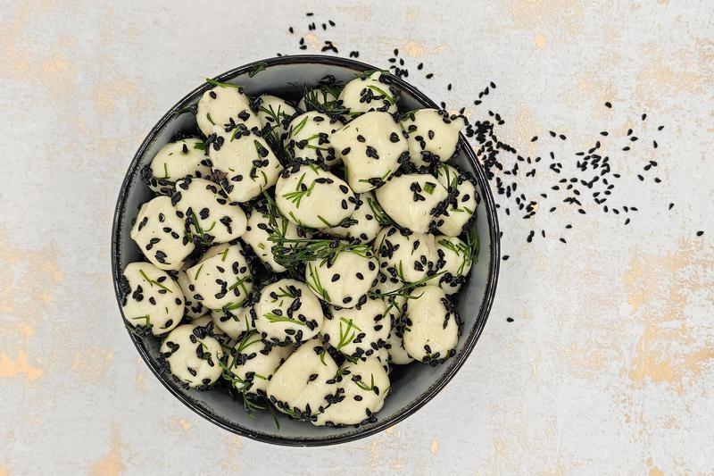 Produkt Kulki serowe owcze mozzarelki z czarnuszką i koperkiem - zdrowa żywność blisko Ciebie